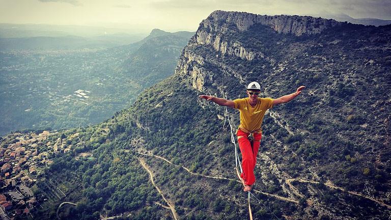 Südfrankreich, nahe Nizza: Lukas' längste Slackline und mit 800 Metern auch ein Weltrekord, nämlich die längste Slackline der Welt auf Polyester-Material. Die Überquerung dauerte mehr als eine Stunde.