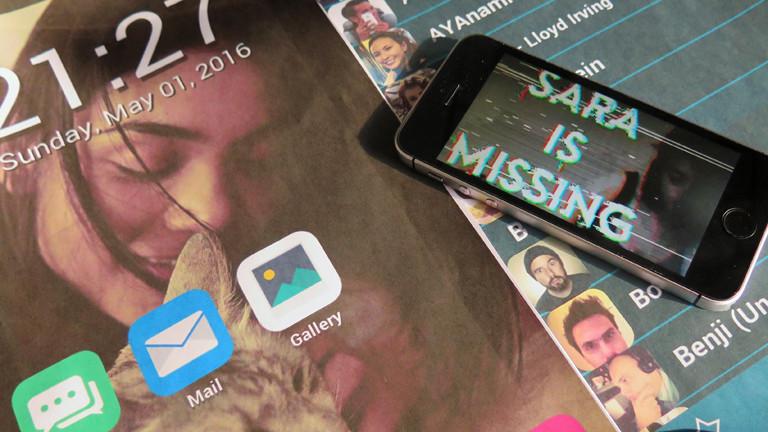 """Ein Handy zeigt das Game """"Sara is missing""""."""