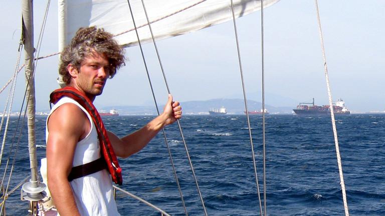 Timo Peters auf einem Segelboot.