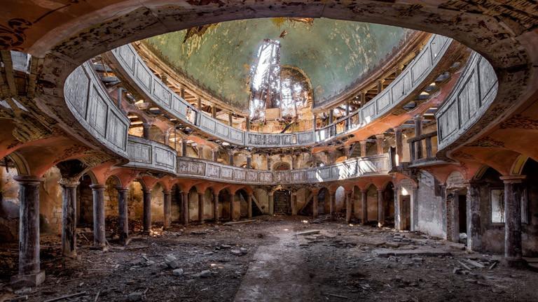 Ein zerfallenes Gebäude von innen