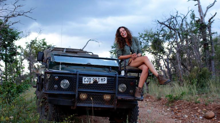 Eine junge Frau auf einem Jeep
