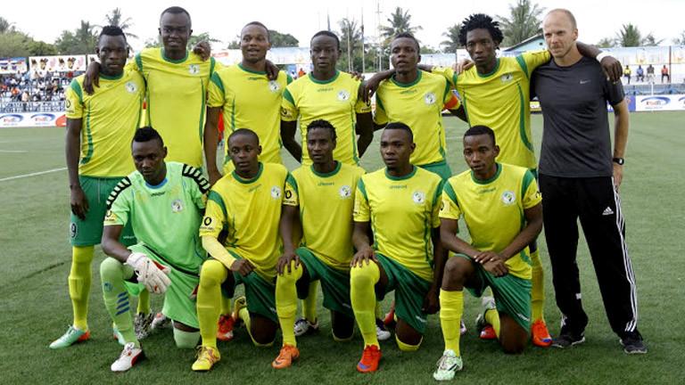Mannschaft des Vereins Toto Africa in Tansania mit Trainer Martin Grelics