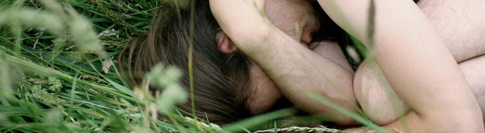 Ein nackter Mann im Gras