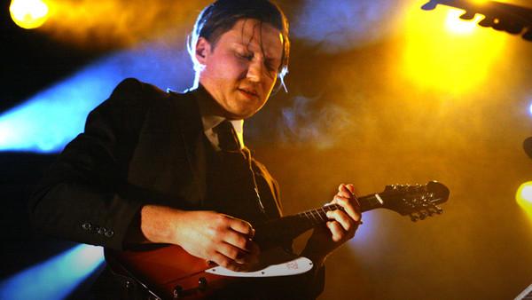 Konstantin Gropper von der Band Get Well Soon steht auf der Bühne.