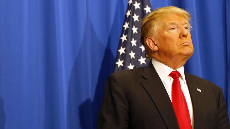 Donald Trump vor einer US-Flagge.