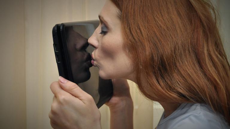 Frau küsst Laptop