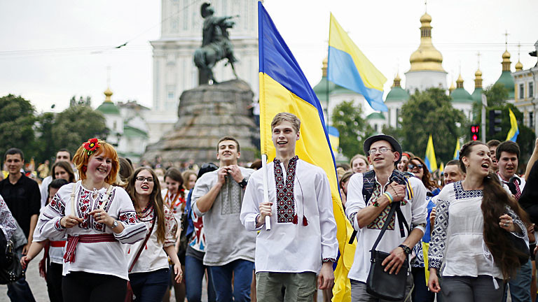 Junge Ukrainer in traditioneller Tracht mit Nationalflaggen im Mai 2014 in Kiew