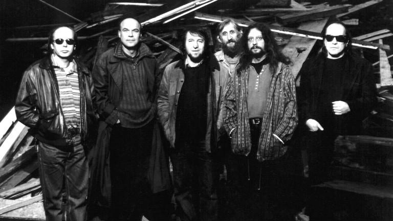 "Die Band ""The Plastic of the Universe"" – v.l.n.r.: Josef Karafiat, Jan Brabec, Josef Janicek, Vratislav Brabenec, Jiri Kabes, Milan Mejla Hlavsa 1989"