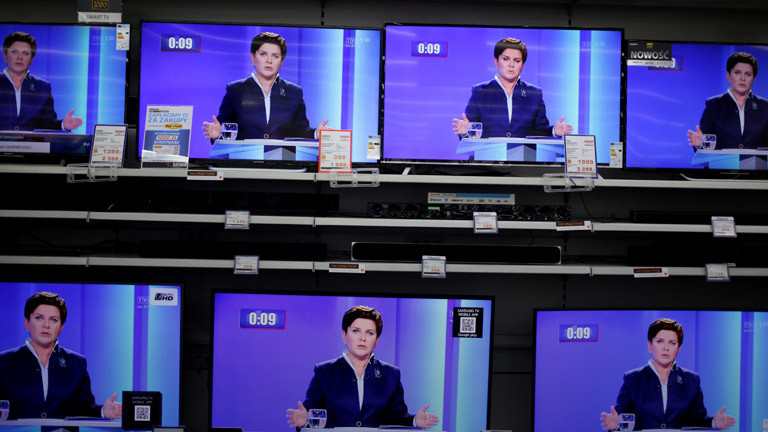 Fernseher in einem Elektronik-Laden, die dasselbe Bild zeigen