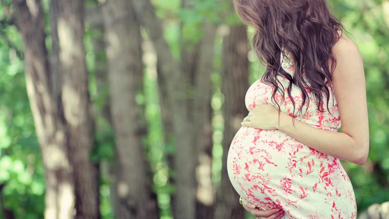 Eine Frau mit schwangerem Bauch