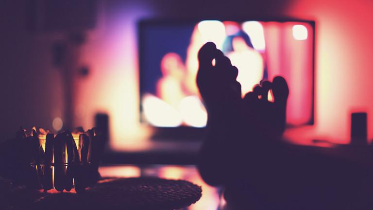 Füße vor einem Fernseher