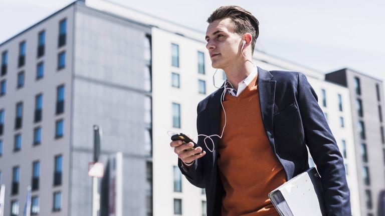 Ein junger Mann mit Kopfhörern