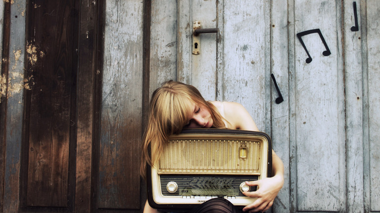 Eine Frau liegt auf einem Radio