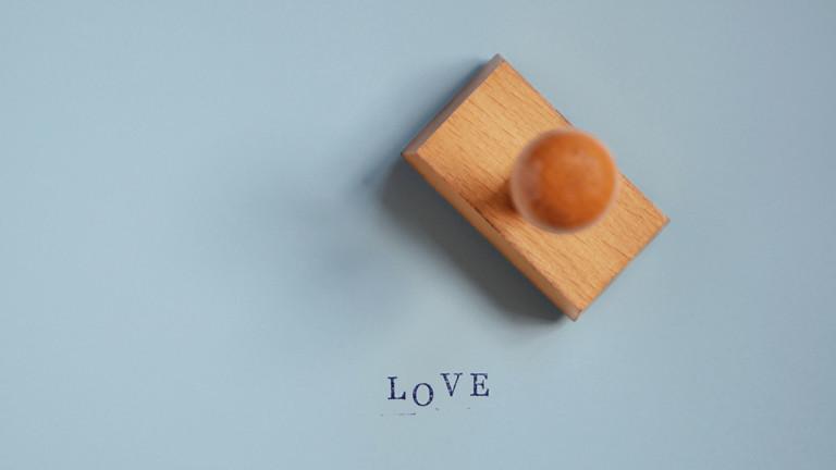 """Ein Stempel mit dem Wort """"Love"""""""