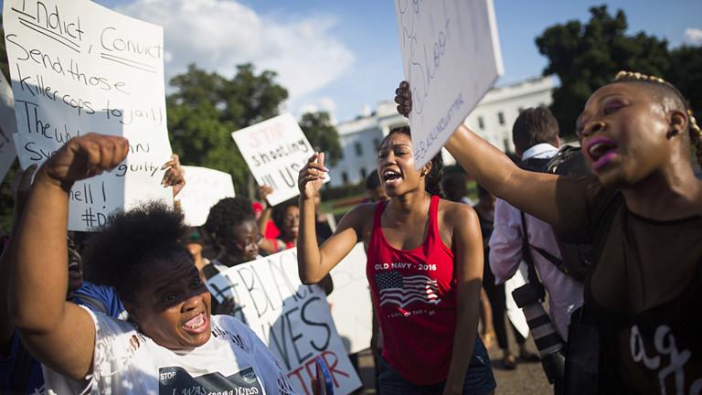 Schwarze Frauen demonstrieren vor dem Weißen Haus.
