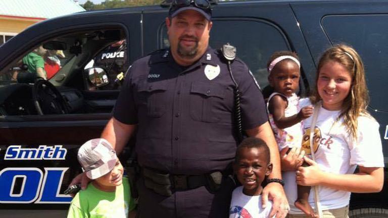 Der Polizist Steve Dooley mit seinen Kindern Barrett, Bryce, Avi und Anna Kate