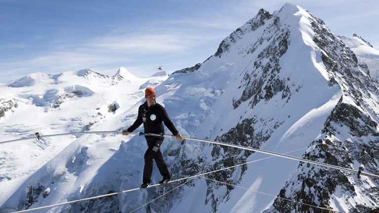 Freddy Nock zwischen zwei Bergwipfeln im Jahr 2015