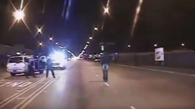 Screenshot aus einem Polizeivideo, das zeigt wie der 17 Jahre alte Laquan McDonald am 25.10.2014 in Chicago, USA, von der Polizei erschossen wurde.