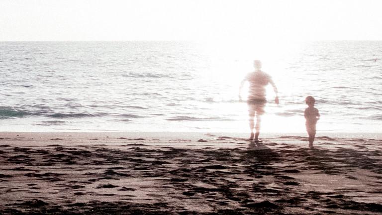 Vater und Kind am Strand.
