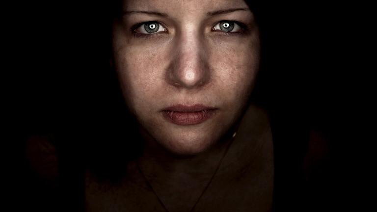 Eine Frau mit traurigem, starken Blick