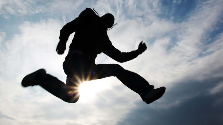 Ein Mann spring in die Luft