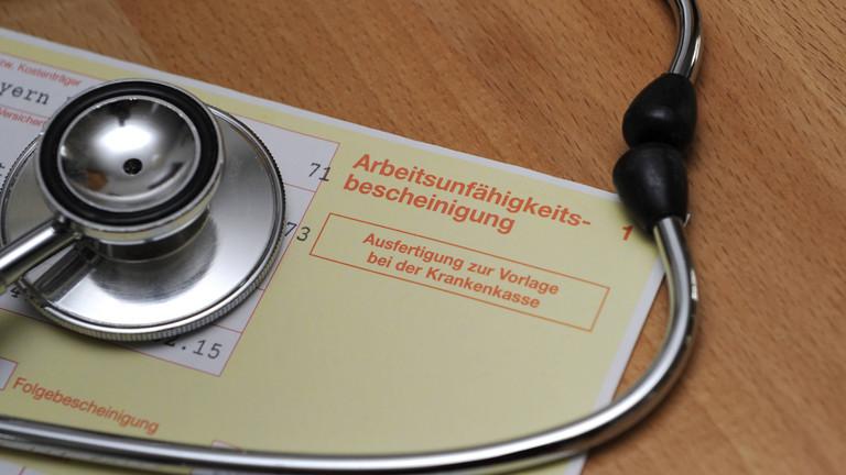 Arbeitsunfähigkeitsbescheinigung mit Stethoskop