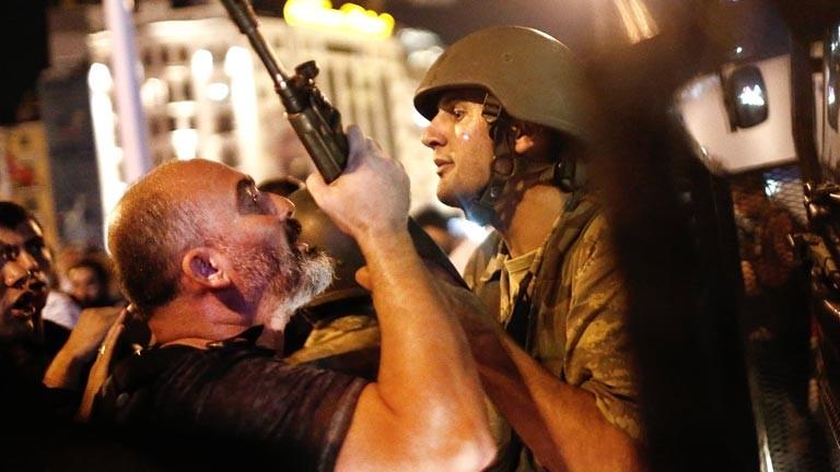 Polizisten und Soldaten bekämpfen sich auf den Straßen in der Türkei.