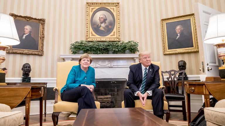 Bundeskanzlerin Angela Merkel (CDU) sitzt neben US-Präsident Donald Trump am 17.03.2017 in Washington in den USA vor Beginn des Gesprächs im Oval Office.