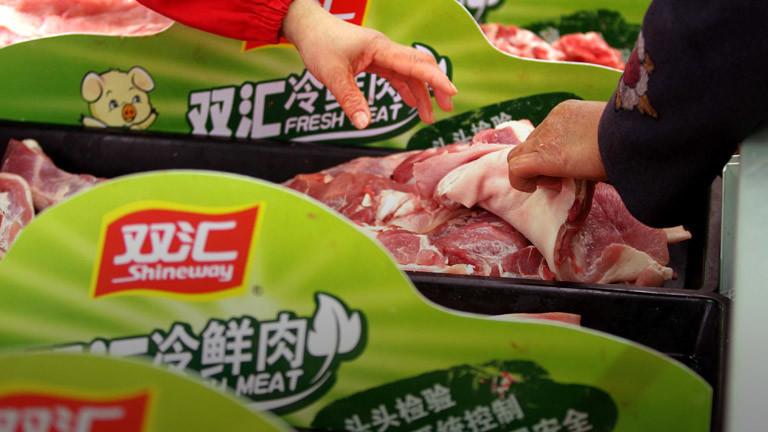 In einem chinesischen Supermarkt interessieren sich Kunden für Fleisch.