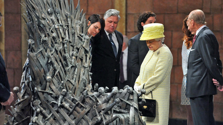 Die Queen besucht den Eisernen Thron aus Game of Thrones