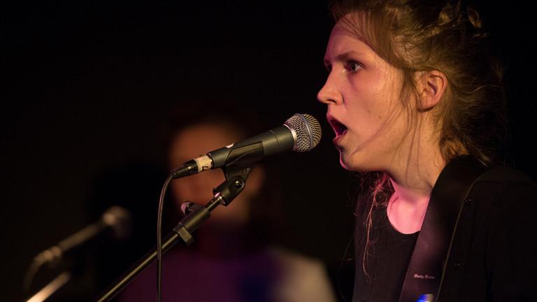 Die Musikerin Stella Sommer gibt am 08.06.2016 in Berlin mit ihrer Band Die Heiterkeit ein Konzert.