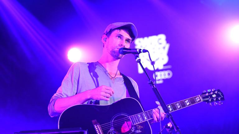Sänger Patrick Sheehy der irischen Rock-Band Walking on Cars aus Dingle steht am 17.09.2016 beim SWR3 New Pop Festival in Baden-Baden (Baden-Württemberg) auf der Bühne.