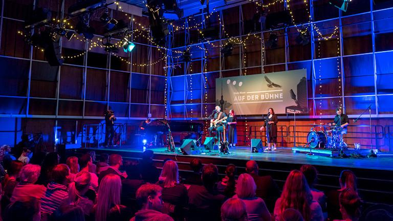 Blick auf eine Bühne mit Musikern