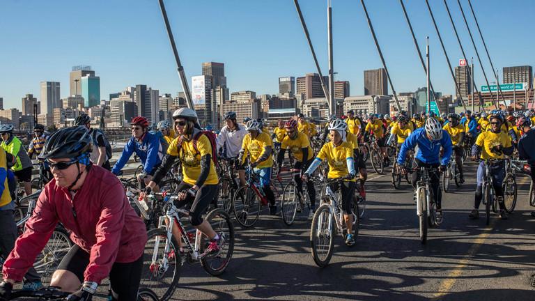 Fahrradfahrer in Johannesburg bei einer Friedensfahrt in Erinnerung an Nelson Mandela am 20. Juli 2014.