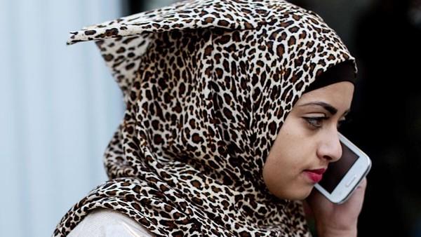 Eine junge Palästinenserin telefoniert mit einem Smartphone.