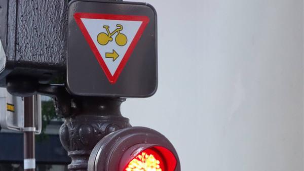 Rechtsabbieger für Fahrradfahrer in Paris an roten Ampeln.