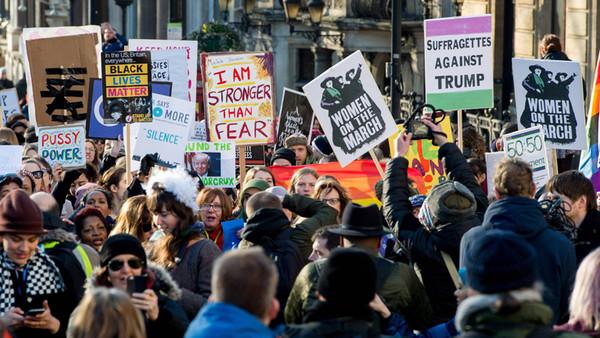 Demonstranten beim Women's March in London am 21.01.2017 gegen Donald Trump.