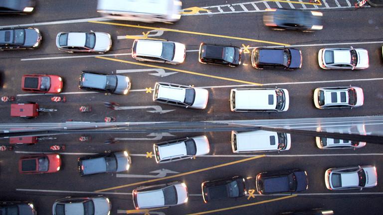 Straßenverkehr und Stau von oben
