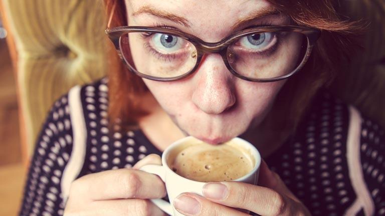 Eine Frau trinkt Kaffee.