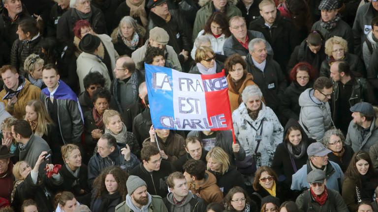 """Am 11. Januar 2015 demonstrieren Hunderttausende in Paris und protestieren gegen die Terroranschläge auf """"Charlie Hebdo"""" und einen koscheren Supermarkt."""