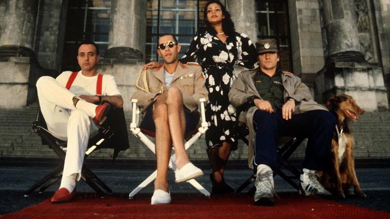 """Die Mitglieder der deutschen Musikgruppe Trio (l-r) Peter Behrens, Stephan Remmler und Kralle Krawinkel, posieren im Mai 1985 in Berlin für die Presse. (Frau in der Mitte nicht identifizeirt). Die Gruppe wurde 1982 mit ihrem Lied """"Da da da"""" bekannt. Sie löste sich 1986 auf."""