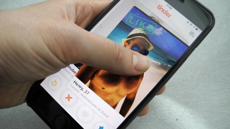 Ein Smartphone, das ein Datingprofil auf der Dating-App Tinder anzeigt.