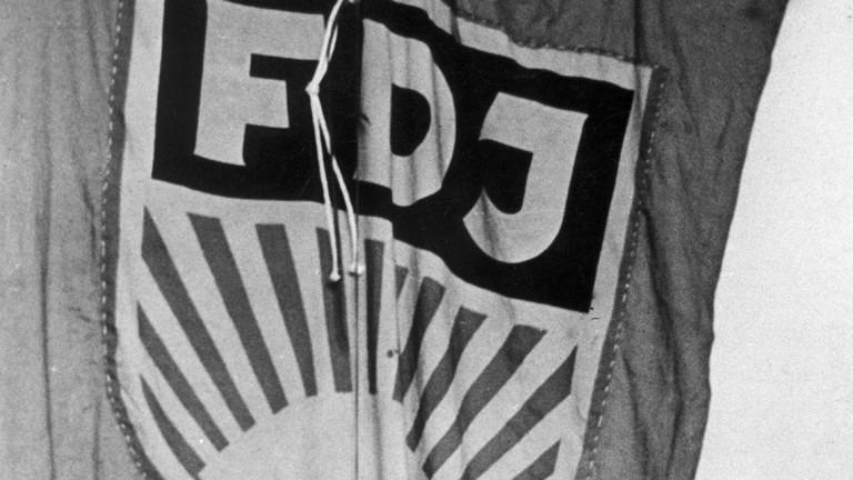 Eine Fahne mit dem FDJ-Schriftzug