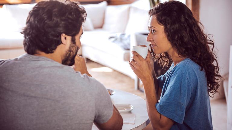 Frau und Mann sitzen beim Frühstück.