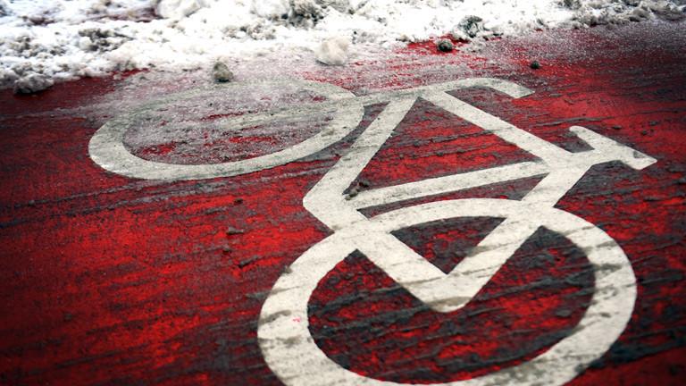 Ein Fahrradsymbol auf einem Fahrradweg.