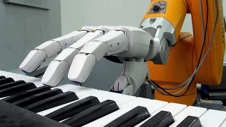 Ein Roboter spielt Piano.