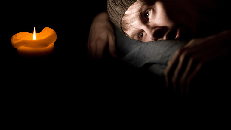 Eine Kerze und ein erschöpfter Mann.