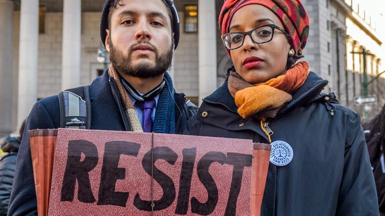 US-amerikanische Studierende demonstrieren gegen Trumps politischen Kurs.