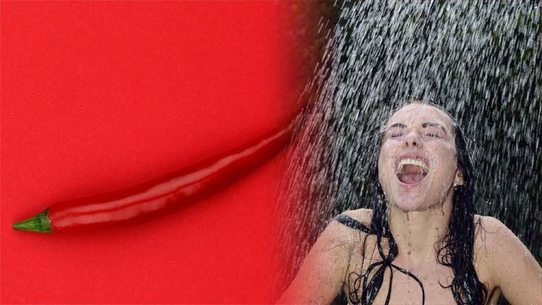 Eine Chilischote und eine Frau, die unter kaltem Wasser duscht.