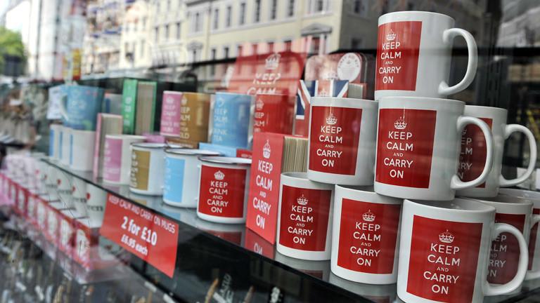 """Tassen in einem Souvenirshop, auf denen der Satz """"Keep calm and carry on"""" geschrieben steht."""